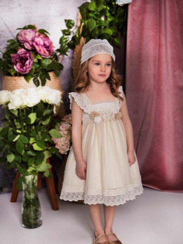 αποτελείται από το φόρεμα και το καπέλο του.Η Baby Bloom επιλέγει για όλους τους κωδικούς τα καλύτερα υφάσματα επιλεγμένα πολύ προσεκτικά για την διασφάλιση της ποιότητας που σας προσφέρουμε. Οι πρώτες ύλες που χρησιμοποιούμε  είναι κυρίως το βαμβάκι